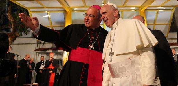 Dom Orani Tempesta, conversa com o papa Francisco durante visita a clínica de viciados em drogas, em julho de 2013, durante a Jornada Mundial da Juventude, no Rio; o arcebispo foi nomeado cardeal hoje