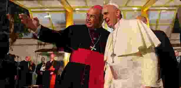 Dom Orani Tempesta, conversa com o papa Francisco durante visita a clínica de viciados em drogas, em julho de 2013, durante a Jornada Mundial da Juventude, no Rio; o arcebispo foi nomeado cardeal hoje - Antonio Lacerda/Efe