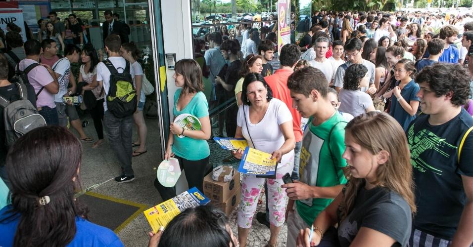 12.jan.2014 - Estudantes aguardam início do primeiro dia da segunda fase do vestibular 2014 da Unicamp (Universidade Estadual de Campinas) neste domingo (12) em local de prova em São Paulo