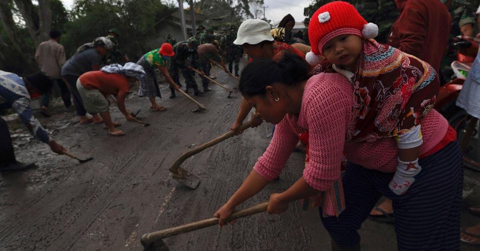 População trabalha para limpar cinzas expelidas pelo vulcão do Monte Sinabung, Indonésia. O fenômeno já deixou milhares de pessoas desabrigadas na região