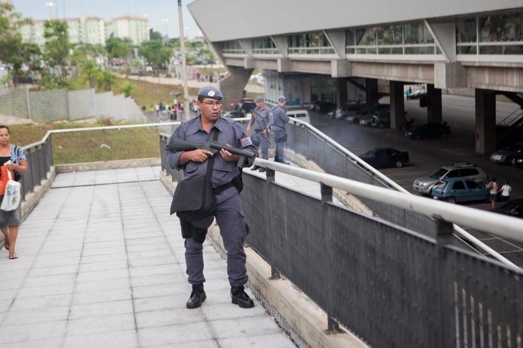 11.jan.2014 - A Polícia Militar usou bombas de gás lacrimogêneo e efeito moral, além de balas de borracha, contra um grupo de jovens que participava de um encontro conhecido como