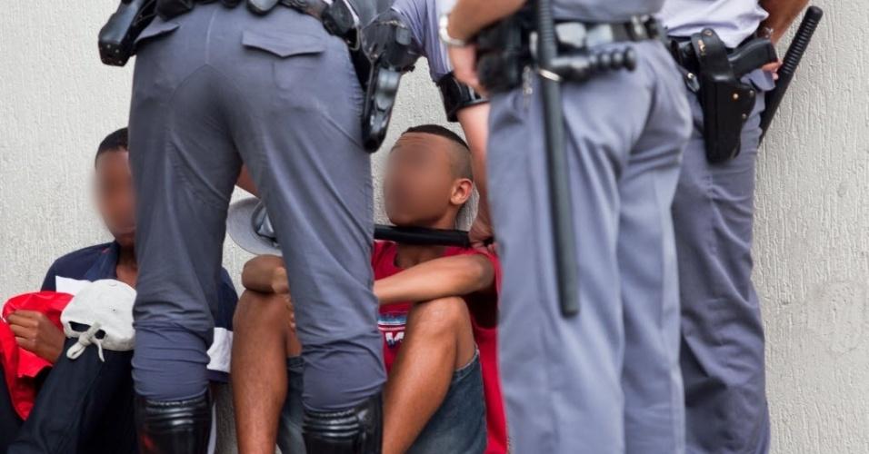 """11.jan.2014 - Policial militar usa cassetete para intimidar jovem durante """"rolezinho"""" no shopping Itaquera, na zona leste de São Paulo"""