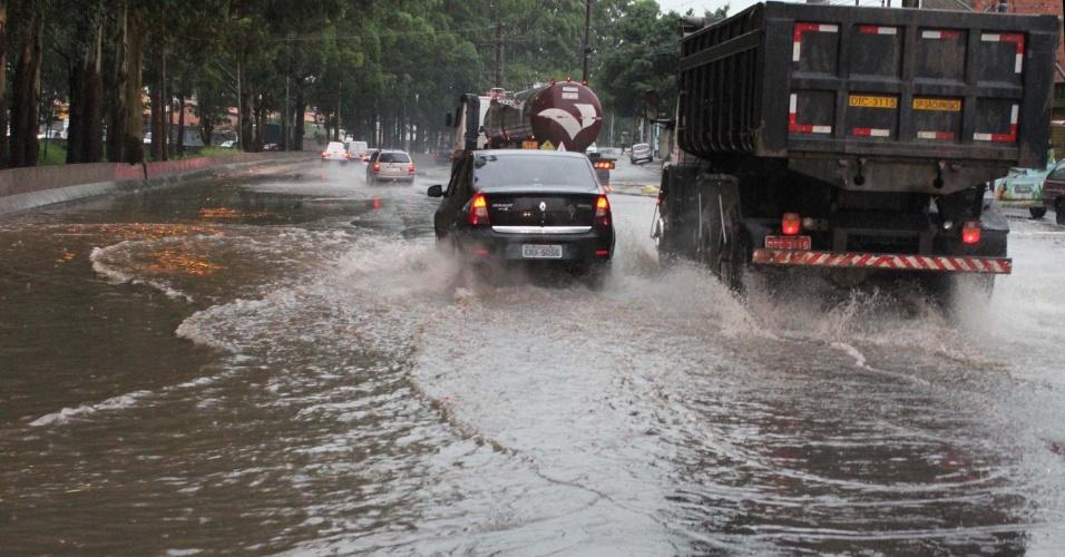 13.jan.2014 - Chuva causa alagamento na avenida Jacu Pêssego, na zona leste da capital paulista, na tarde desta segunda-feira (13)