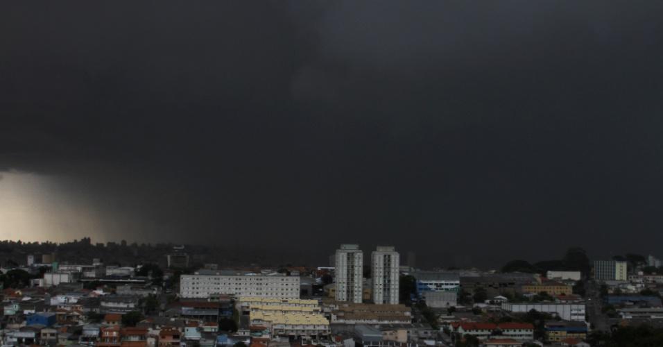 13.jan.2014 - Nuvens carregadas passam por Guarulhos, na Grande São Paulo, na tarde desta segunda-feira (13), causando forte chuva