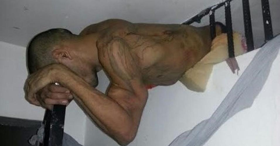 13.jan.2014 - O detento Claudivan Pereira Reis ficou entalado na janela de ventilação da cela em que estava preso na URDD (Unidade de Regime Diferenciado de Detenção), localizada no bairro da Liberdade, em São Luís, na madrugada desta segunda-feira (13). Ele havia serrado três vergalhões e tentado passar pelo buraco quando ficou preso. Reis foi retirado da janela com ajuda do Corpo de Bombeiros e estava com a barriga ferida por um dos vergalhões