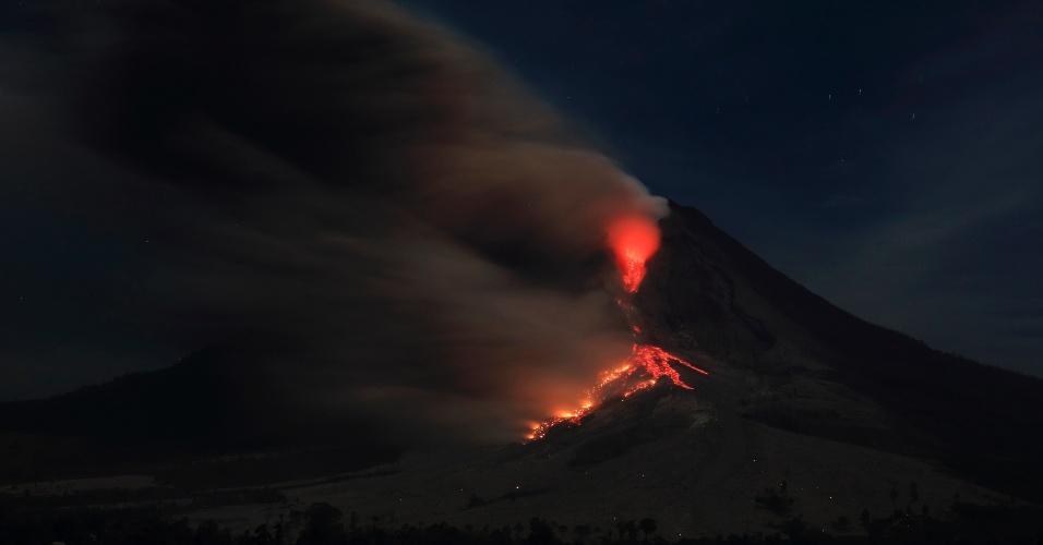 13.jan.2014 - O vulcão Sinabung expele cinzas próximo ao vilarejo de Jraya, no distrito de Karo, em Sumatra, no norte da Indonésia, nesta segunda-feira (13). Mais de 25 mil pessoas precisaram ser evacuadas desde que as autoridades emitiram alerta máximo por causa do vulcão, em novembro de 2013