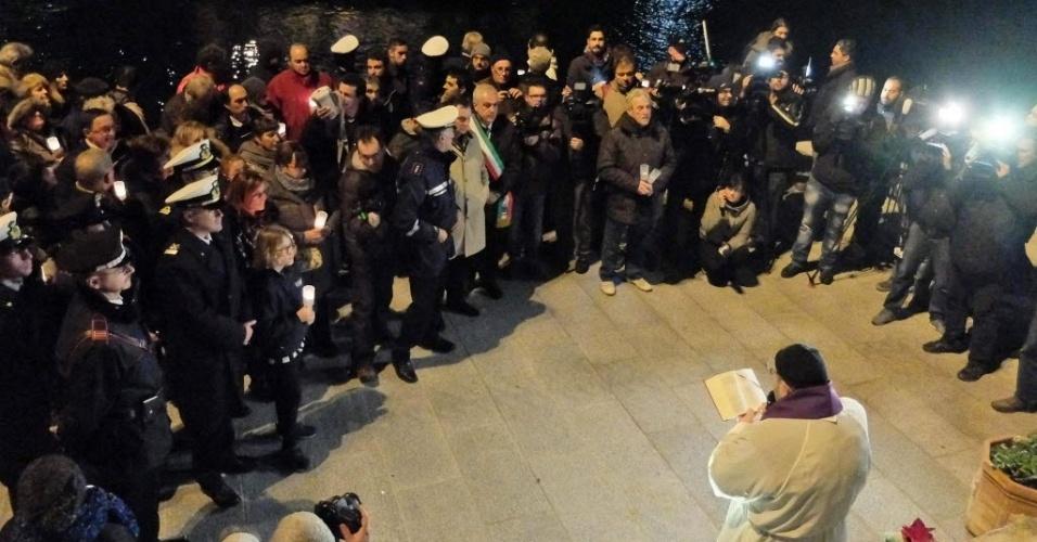 13.jan.2014 - Parentes de vítimas e sobreviventes do naufrágio do navio de cruzeiro Costa Concordia participam de missa em homenagem aos 32 mortos do acidente no dia do aniversário de dois anos da tragédia, nesta segunda-feira (13), na ilha toscana de Giglio, na Itália