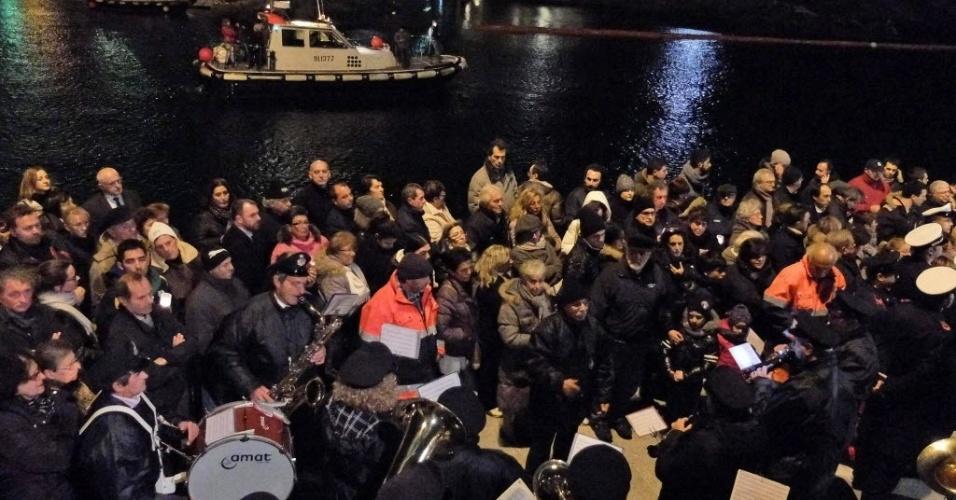 13.jan.2014 - Parentes de vítimas e sobreviventes do naufrágio do navio de cruzeiro Costa Concordia prestam homenagem aos 32 mortos do acidente no dia do aniversário de dois anos da tragédia, nesta segunda-feira (13), na ilha toscana de Giglio, na Itália