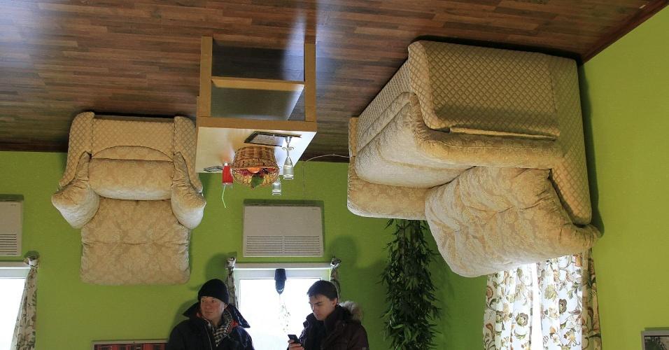 13.jan.2014 - Visitantes dão uma conferida na casa
