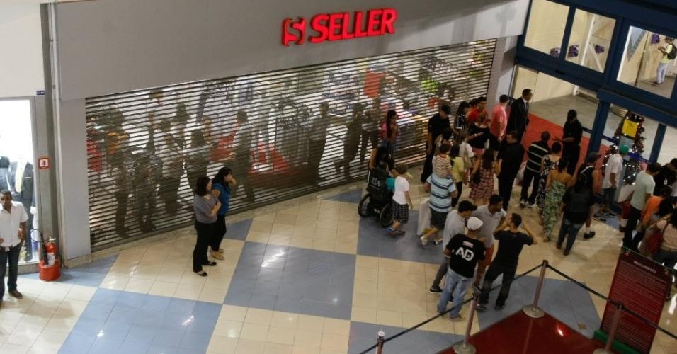 """14.dez.2013 - """"Rolezinho"""" no shopping Internacional Guarulhos (Grande SP) terminou em tumulto e com mais de 20 detidos. O encontro dos jovens foi marcado nas redes sociais"""
