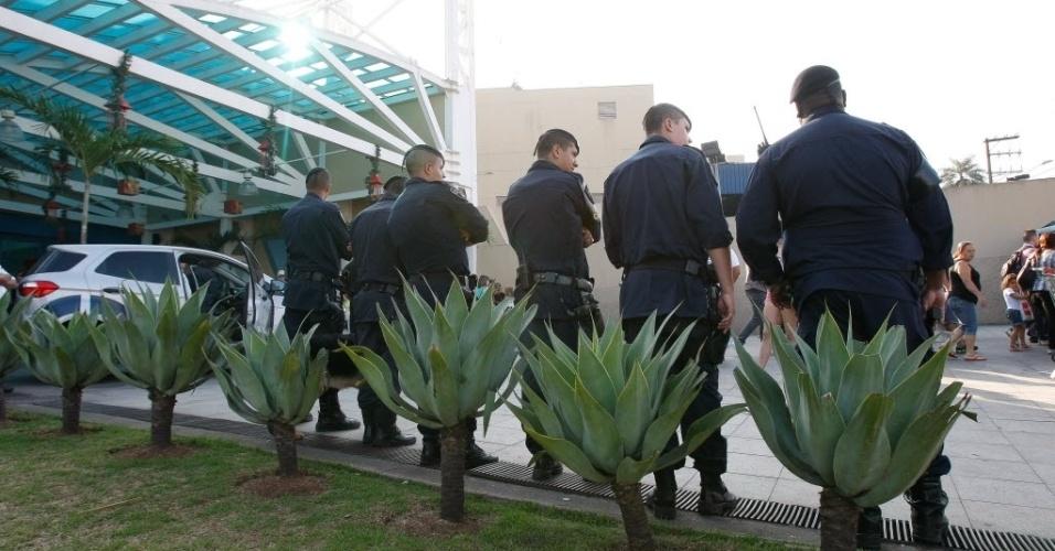 """14.dez.2013 - """"Rolezinho"""" no shopping Internacional Guarulhos (Grande SP) terminou em tumulto e com mais de 20 detidos. O encontro dos jovens foi marcado nas redes sociais. A Guarda Civil de Guarulhos reforçou a segurança em frente ao shopping"""