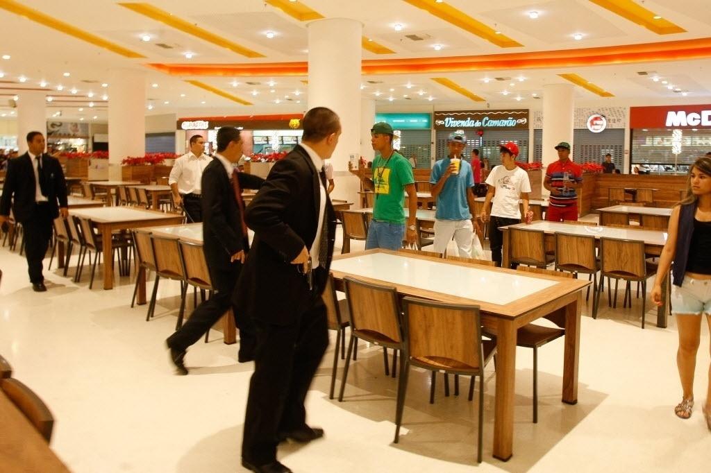 14.dez.2013 - Seguranças abordam jovens que entraram cantando funk na praça de alimentação do shopping Internacional Guarulhos (Grande SP). O