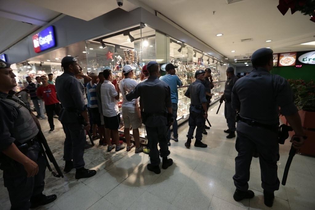 22.dez.2013 - Policiais militares entram nos corredores do Shopping Interlagos, na zona sul de São Paulo, após tumulto durante