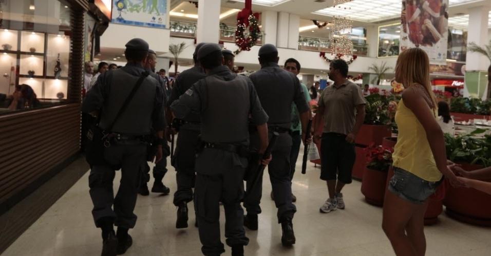 """22.dez.2013 - Policiais militares entram nos corredores do Shopping Interlagos, na zona sul de São Paulo, após tumulto durante """"rolezinho"""" de jovens"""