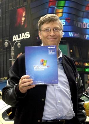 Bill Gates, cofundador da Microsoft, posa em Nova York com licença do Windows XP durante o lançamento do sistema em 25 de outubro de 2001