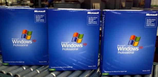 Licenças do Windows XP recém-embaladas são exibidas em linha de produção em Greeley (Colorado); o sistema operacional começou a ser vendido mundialmente em 25 de outubro de 2001