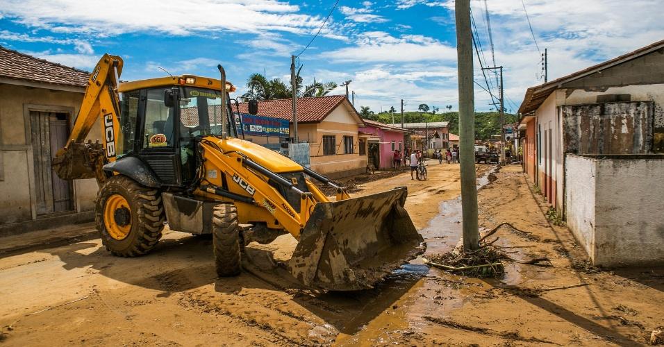 14.jan.2014 - Cidades vizinhas, o DER (Departamento de Estradas de Rodagem) e a Codasp (Companhia de Desenvolvimento Agrícola de São Paulo) disponibilizaram caminhões e retroescavadeira para auxiliar nos trabalhos de limpeza e desobstrução das vias no município de Itaoca,  no Vale da Ribeira, no sudoeste do Estado, atingido por fortes chuvas no último domingo (12). Ao menos 12 pessoas morreram por causa das fortes chuvas