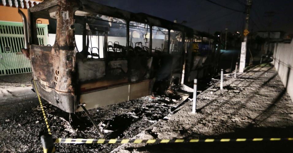 14.jan.2014 - Criminosos incendeiam ônibus na no bairro do Capão Redondo, zona sul de São Paulo na noite desta segunda-feira (13)