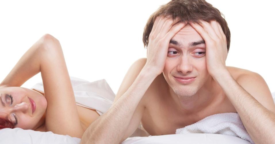 Jovem casal na cama, homem, impotência, problemas na cama