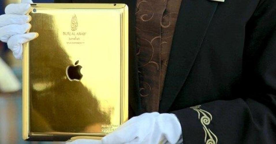 O hotel Burj al Arab, na cidade de Dubai, nos Emirados Árabes, oferece aos seus hóspedes iPads banhados em ouro 24 quilates como cortesia para uso durante a estadia no local. O hotel, conhecido pelas instalações luxuosas, fez do tablet um ?concierge virtual?, que ajuda a fazer um tour pelo local e fornecer outras informações, como o menu dos restaurantes, tratamentos de spa e outros serviços. A diária em uma suíte dupla no Burj Arab custa £ 985 (R$ 3.810)