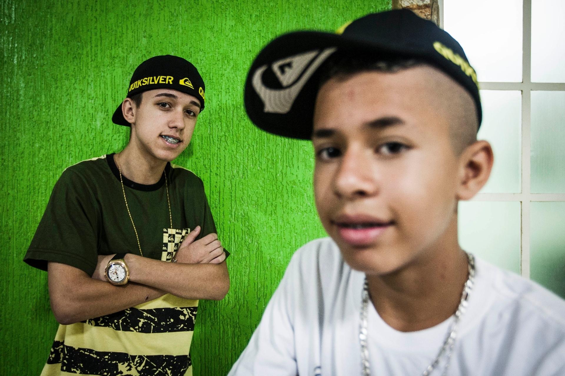 13.jan.2014 - Os amigos Rodrigo Maciel, 16, (camisa verde) e David Maciel, 13, (camiseta branca) são conhecido por serem