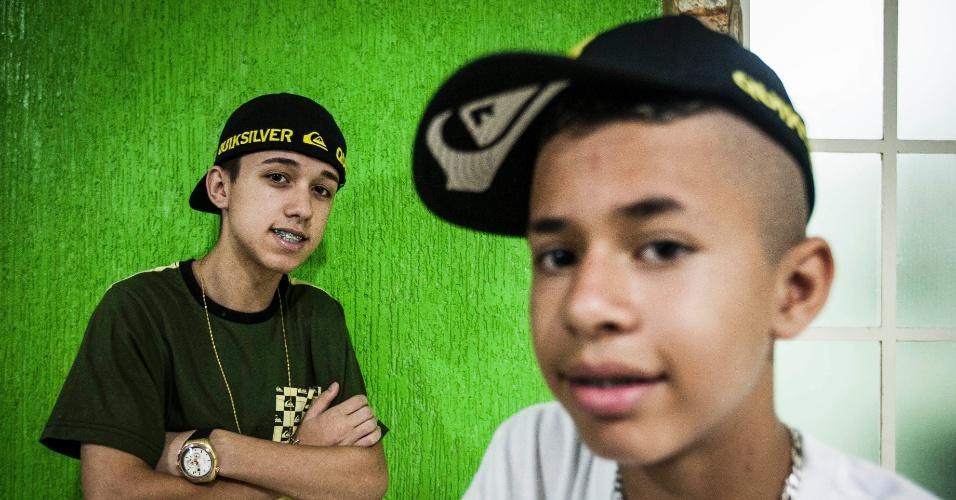 """13.jan.2014 - Os amigos Rodrigo Maciel, 16, (camisa verde) e David Maciel, 13, (camiseta branca) são conhecido por serem """"famosinhos"""" na internet e participam de """"rolezinhos"""" em shoppings de São Paulo"""