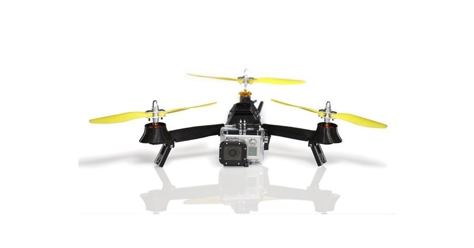15.jan.2014 - A companhia americana AirDroids desenvolveu um drone portátil chamado Pocket Drone. Ele é um tricóptero (helicóptero de três hélices), que permite carregar uma câmera GoPro. Segundo a empresa, ele consegue voar (carregando uma câmera) por até 20 minutos e, ao ser adquirido, já está pronto para voar: basta desdobrá-lo e colocá-lo para funcionar. Todo o controle é feito por meio de um aplicativo para smartphone. O equipamento é vendido por US$ 500 (R$ 1.175) e ainda está em fase de financiamento coletivo na plataforma Kickstarter