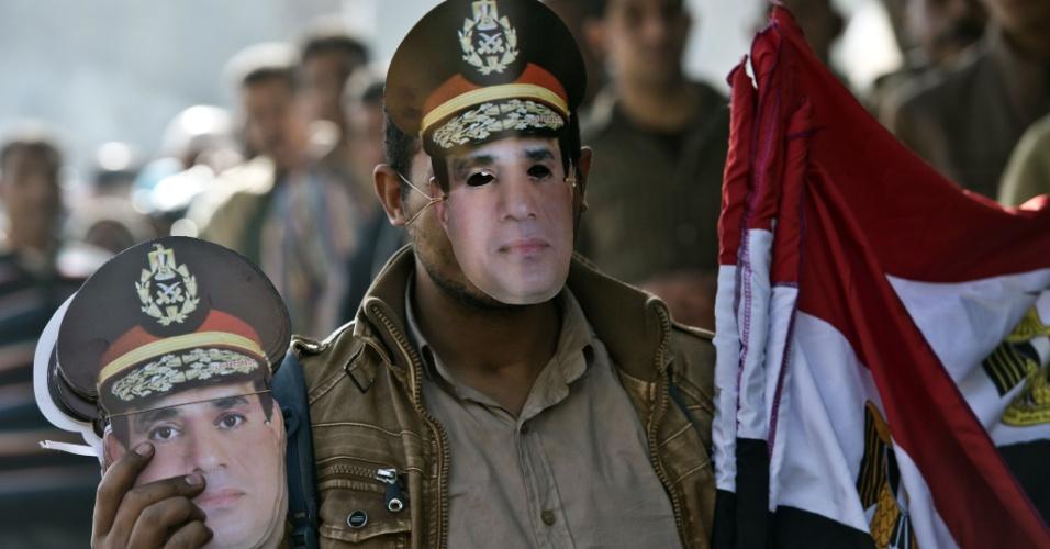 15.jan.2014 - Ambulante vende bandeiras e máscaras do general Abdel Fattah al-Sisi no segundo dia de votação de uma nova Constituição no Egito