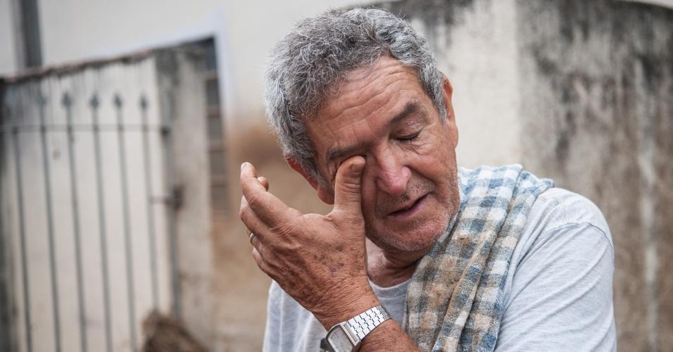 """15.jan.2014 - Jaime Silva, 67, dono de um dos supermercados da cidade, teve o comércio e a casa destruídos pela chuva.  """"Foi perda total. Perdemos pelo menos uns R$ 250 mil"""", calculou. Jaime está agora com a família na casa de parentes. Além do mercado, ele disse que perdeu algumas cabeças de gado"""