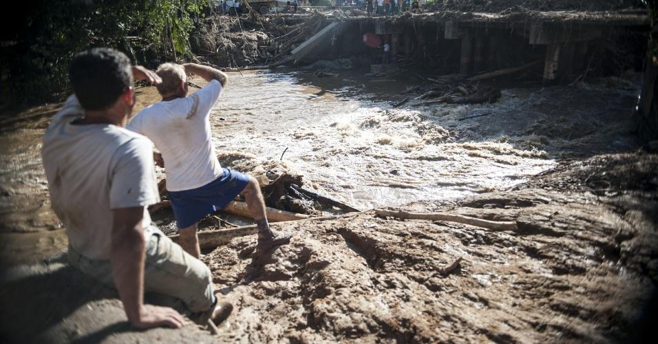 15.jan.2014 - Moradores de Itaoca, localizada no Vale do Ribeira, região sudeste do Estado de São Paulo, contabilizam prejuízos e buscam por desaparecidos depois de enchente que atingiu o município no último dia 12