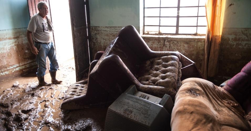 """15.jan.2014 - Jaime Silva, 67, dono de um dos supermercados da cidade, teve o comércio e a casa destruídos pela chuva.  """"Foi perda total. Perdemos pelo menos uns R$ 250 mil"""", calculou. O bairro do Guarda Mão, que fica a cerca de 3 km do centro de Itaoca (SP), foi o mais afetado pela enchente do último domingo (12), que devastou o município do Vale do Ribeira. Das 12 mortes já confirmadas, 10 são de moradores da comunidade. Além disso, 10 dos 15 desaparecidos são do bairro do Guarda Mão"""