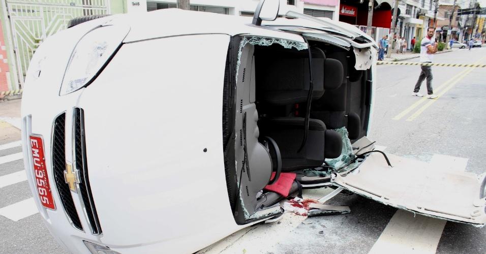 15.jan.2014 - Táxi capota e deixa passageiros feridos na manhã desta quarta-feira. O acidente aconteceu na rua Voluntários da Pátria, em São Paulo. Por conta do acidente, o trânsito na via ficou interditado. As vítimas foram socorridas e levadas para hospitais da região