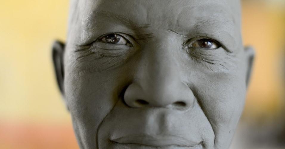 15.jan.2014 - Uma estátua de cera do ex-presidente sul africano Nelson Mandela é preparada pela escultura italiana Francesca Romana Di Nunzio em seu estúdio, em Roma, nesta quarta-feira (15). A estátua será colocada, em breve, no Museu de Cera, em Roma. Mandela morreu em dezembro de 2013, em sua casa, em Johannesburgo, na África do Sul
