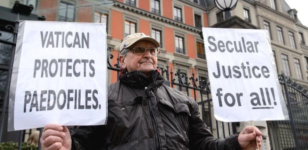 Homem protesta contra o Vaticano em frente à sede da ONU, em Genebra, na Suíça