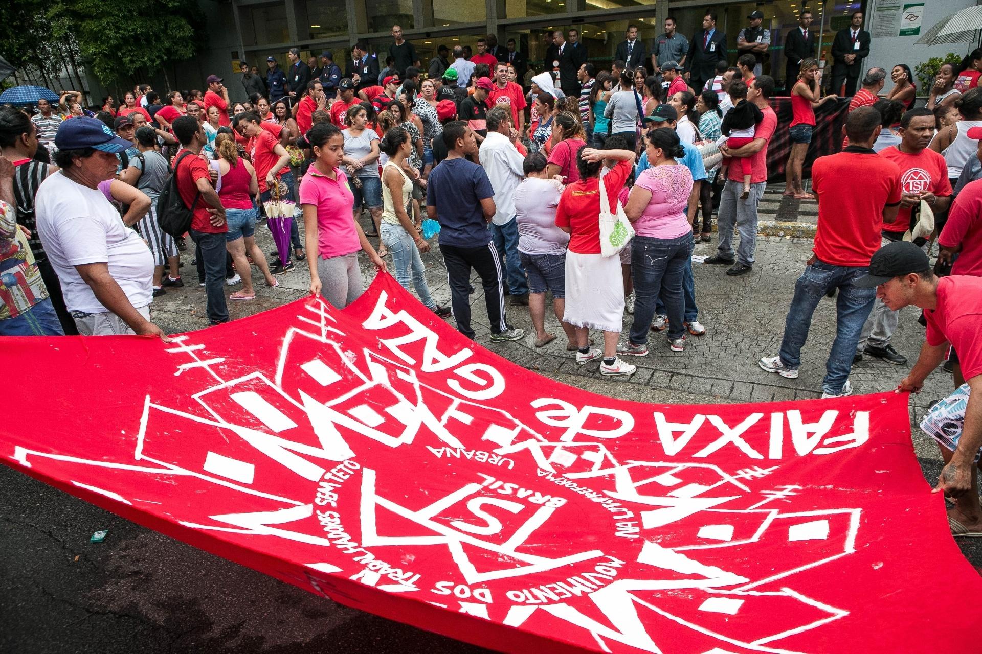 16.jan.2014 - Integrantes do MTST (Movimento dos Trabalhadores Sem Teto) e de outros movimentos sociais protestam em frente ao Shopping Campo Limpo, na zona sul de São Paulo, nesta quinta feira (16). Temendo os