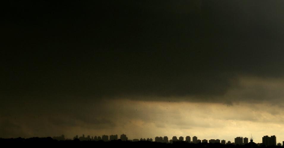 16.jan.2014 - Nuvem cobre o céu de São Paulo na tarde desta quinta-feira. O CGE (Centro de Gerenciamento de Emergências) decretou estado de atenção para o risco de alagamentos na cidade