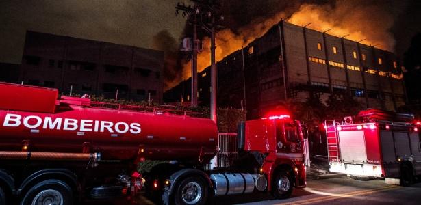 Bombeiros tentam controlar incêndio de grande proporção em fábrica de Taboão da Serra