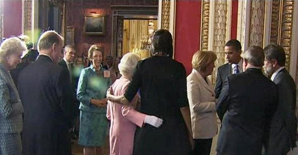 17.jan.2014 - Em uma visita em abril de 2009, Michelle fez uma coisa incomum ao tocar na rainha Elizabeth durante uma recepção no Palácio de Buckingham, na Inglaterra. A rainha pareceu não se importar