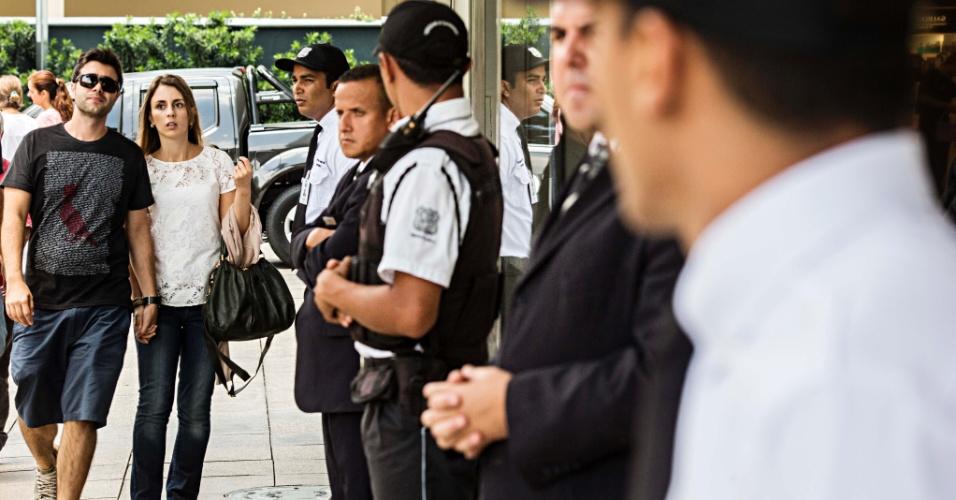 18.jan.2014 - A administração do Shopping JK Iguatemi, no Itaim Bibi, na zona oeste de São Paulo, reforçou a segurança do local neste sábado (18). Motivados por conta da onda dos chamados rolezinhos, integrantes de movimentos de negros e outras entidades, além de estudantes, protestaram em frente ao centro de compras, que fechou as portas durante o protesto. Segundo a administração do centro de compras, ele será reaberto apenas no domingo (19)