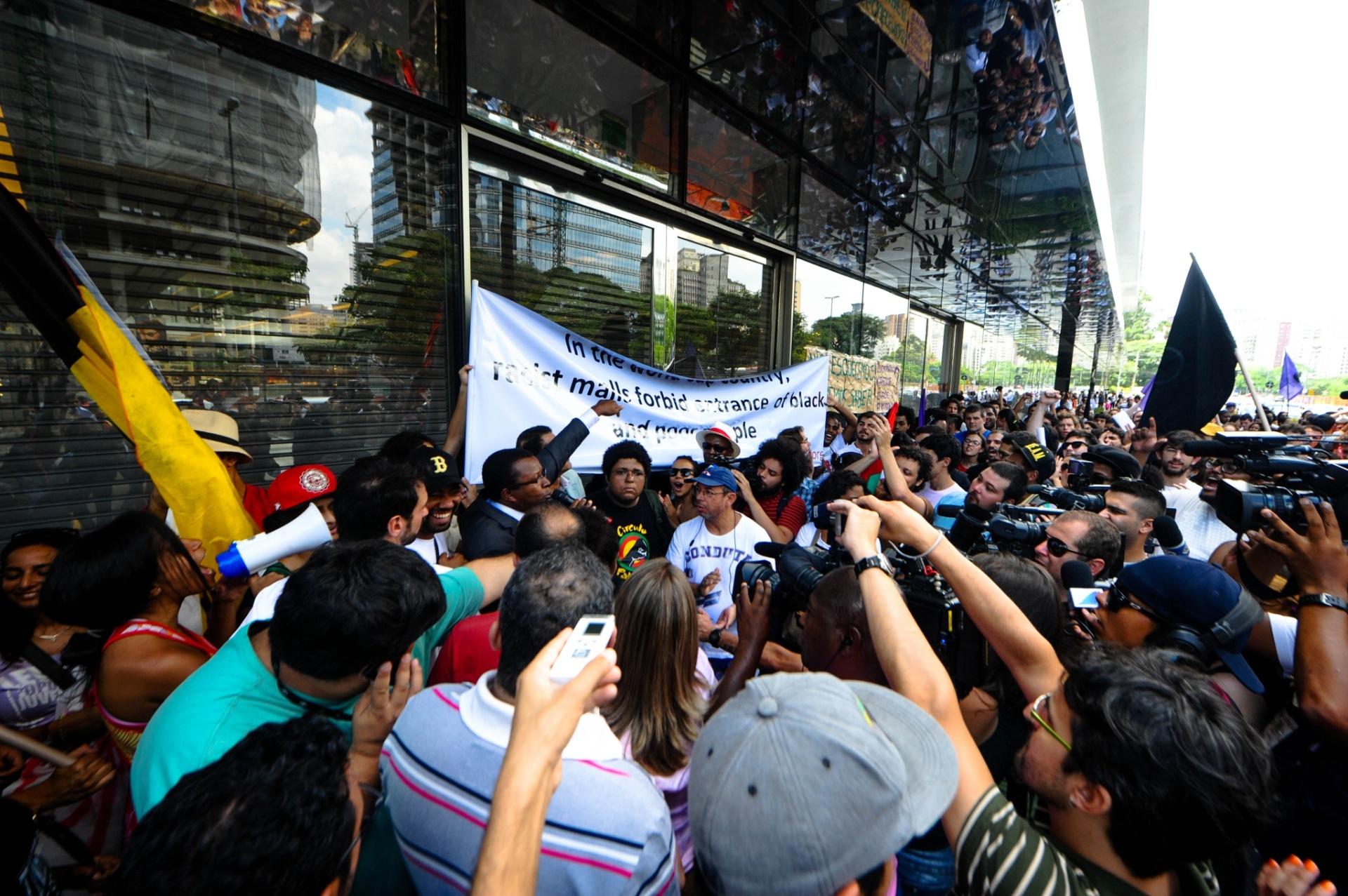 18.jan.2014 - Integrantes de movimentos sociais protestam em frente ao Shopping JK Iguatemi, na zona oeste de São Paulo neste sábado. O evento foi intitulado