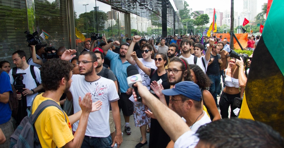 """18.jan.2014 - Manifestantes do """"Rolé contra o Racismo"""" se concentram em frente ao shopping JK, em São Paulo (SP), em um protesto contra as liminares que proibiram os chamados rolezinhos nos shoppings da cidade"""