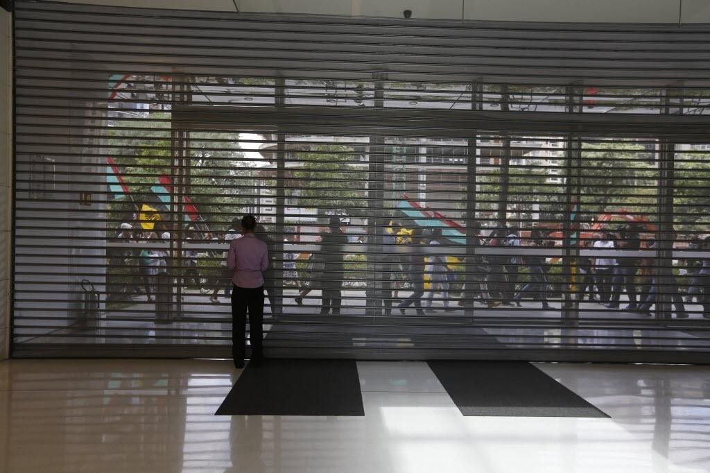 18.jan.2014 - Movimento de clientes e funcionários no momento em que os portoes do shopping JK, foi fechado devido à concentração de manifestantes no lado de fora do shopping. Está marcada para este sábado (18) uma manifestação a favor dos rolezinhos, o