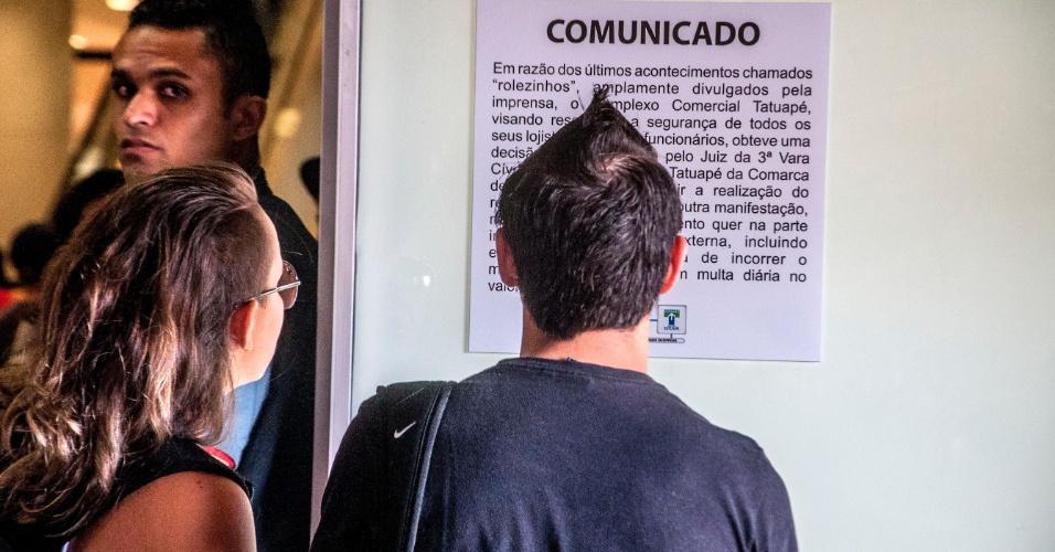 18.jan.2014 - Pessoas leem comunicado na entrada do Shopping Metrô Tatuapé, na zona leste de São Paulo, sobre a proibição dos encontros de jovens, intitulados de rolezinhos, nas dependências do centro comercial, neste sábado (18). Os shoppings Tatuapé e Boulevard Tatuapé conseguiram liminar na Justiça proibindo tais eventos até o fim de fevereiro