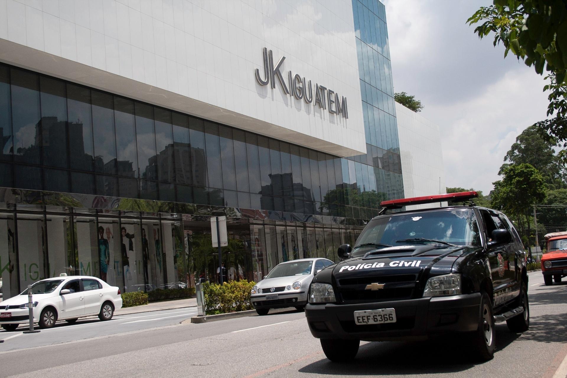 18.jan.2014 - Segurança é reforçada em frente ao Shopping JK Iguatemi, na zona sul de São Paulo, por conta do evento intitulado