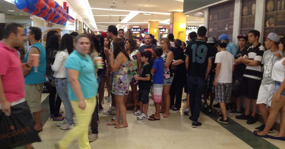 """19.jan.2014 - Jovens circulam pelo Shopping Plaza Sul, em São Paulo, no bairro da Saúde, na zona sul da capital paulista, neste domingo (19). O """"rolezinho"""" foi marcado pelas redes sociais"""