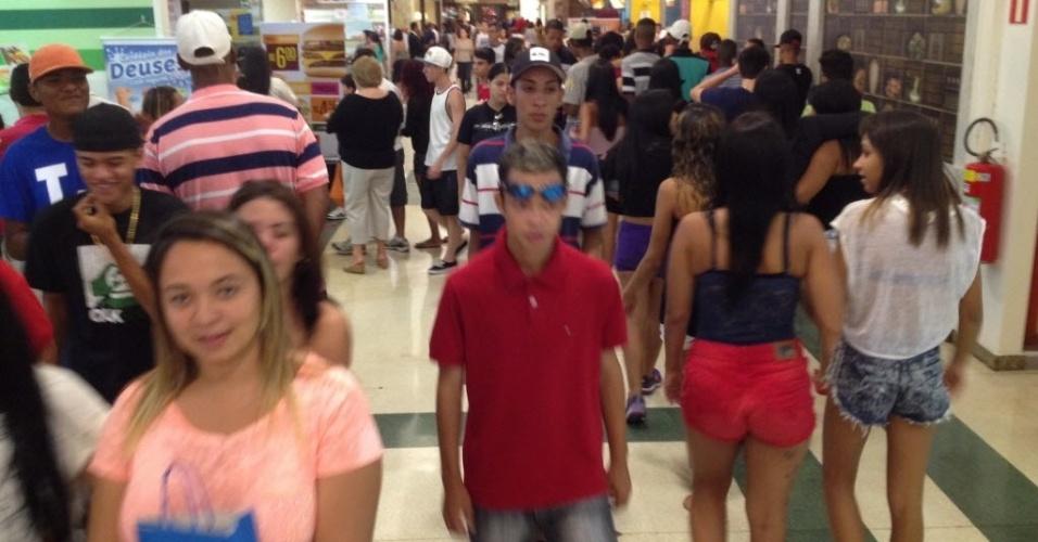 19.jan.2014 - Jovens circulam pelo Shopping Plaza Sul, no bairro da Saúde, em São Paulo. O