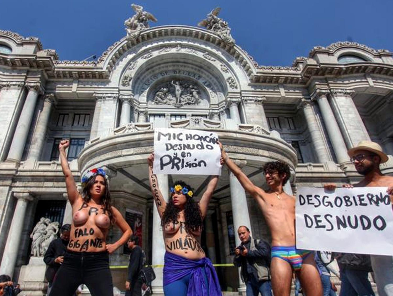 19.jan.2014 - Ativistas do Femen protestam na Cidade do México em frente ao Palacio de Belas Artes, na tarde deste domingo (19)