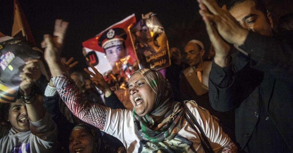 19.jan.2014 - Egípcios celebram aprovação da nova Constituição, na praça Tahri, neste sábado (18) no Cairo. O referendo convocado pelo governo do Egito conseguiu 98,1% de votos a favor do