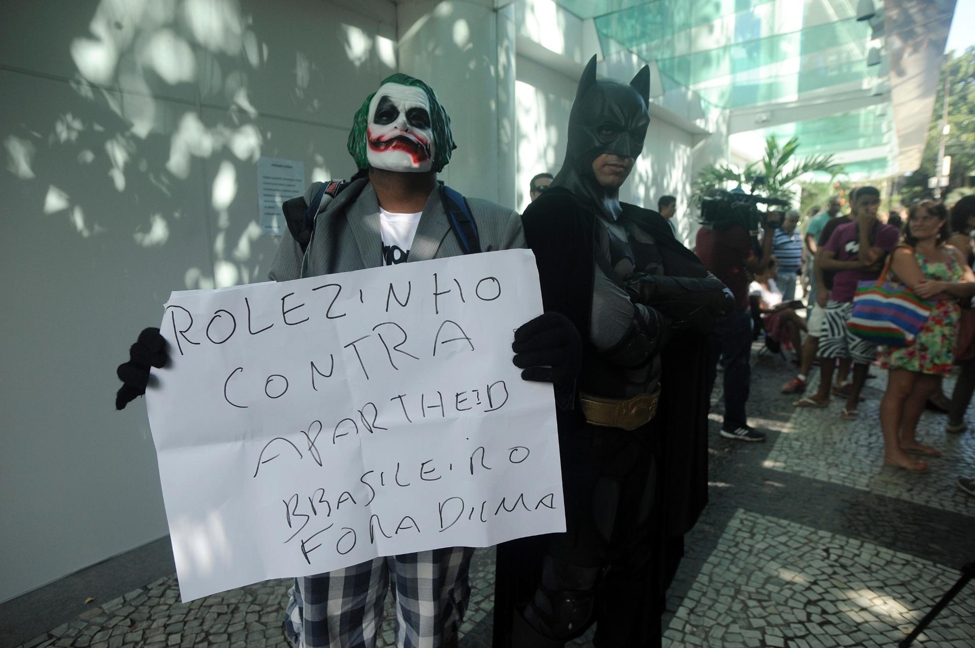 19.jan.2014 - Fantasiados dos personagens Batman e Coringa, manifestantes chegam ao shopping Leblon, na zona sul do Rio de Janeiro, neste domingo (19), para protestar contra a proibição da realização de