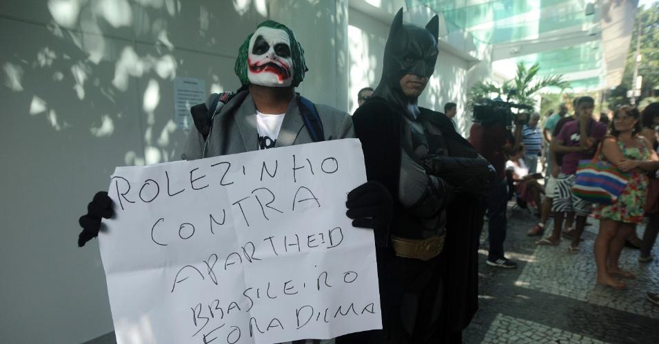 """19.jan.2014 - Fantasiados dos personagens Batman e Coringa, manifestantes chegam ao shopping Leblon, na zona sul do Rio de Janeiro, neste domingo (19), para protestar contra a proibição da realização de """"rolezinhos"""" no local"""